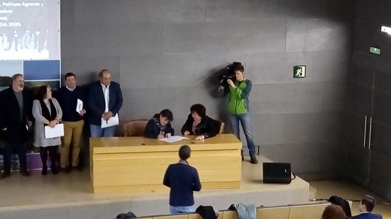 Firmado el convenio entre la Junta de Extremadura y  el Ceder Campiña sur para la puesta en marcha del nuevo periodo leader title=